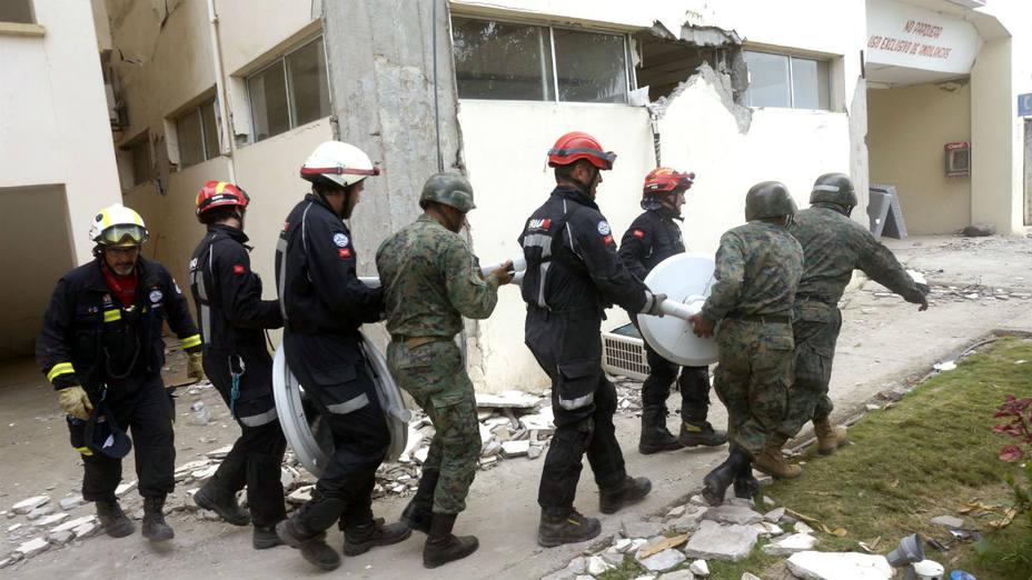 Rescatistas españoles ayudan en las labores de recuperación en el Hospital General de Chone, en Ecuador. (Luismi Ortiz/Efe)