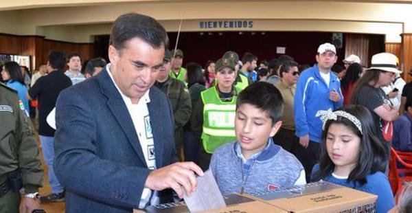 El ministro de la Presidencia, Juan Ramón Quintana deposita su voto este domingo de elecciones subnacionales 2015