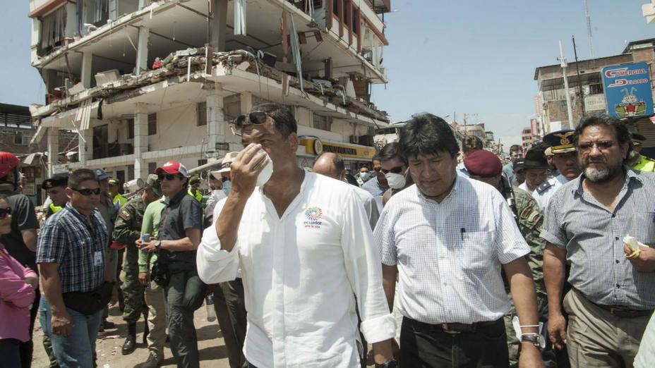 Rafael Correa junto con el presidente Evo Morales recorren una zona severamente afectada por el terremoto. EFE
