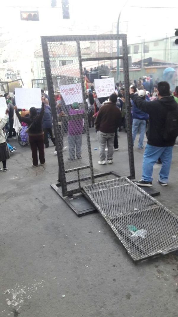 La valla de seguridad que fue derribada en uno de los accesos a plaza Murillo. Foto: Rodrigo Fernández