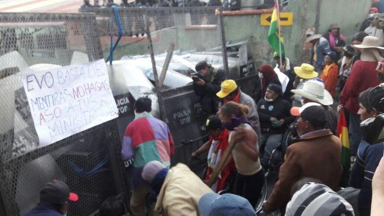 Las personas con discapacidad forcejean con la Policía en cercanías a plaza Murillo. Foto: Rodrigo Fernández