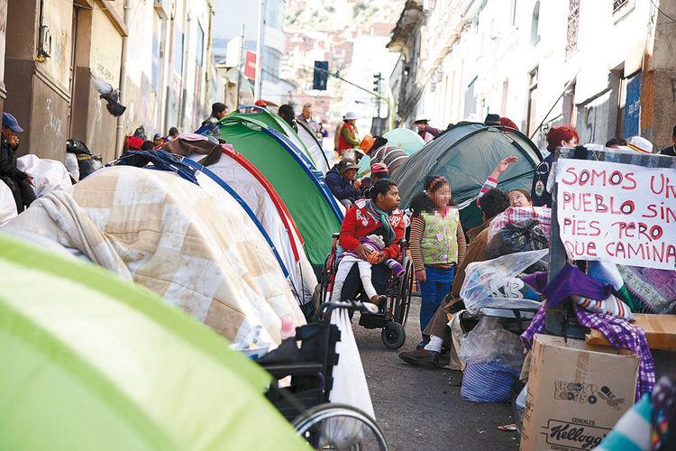 Vigilia. Las carpas que refugian a los movilizados fueron armadas sobre la empinada calle Junín. Foto: Wara Vargas