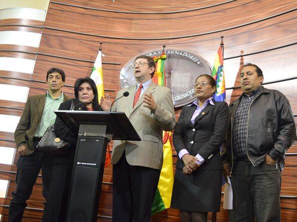 LOS PARLAMENTARIOS DE LA OPOSICIÓN EN CONFERENCIA DE PRENSA.