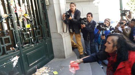 María Galindo lanzó hoy pedazos de torna hacia las puertas del edificio de la Vicepresidencia.