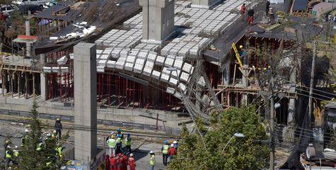 Un alero en proceso de construcción de la Línea Blanca de Mi Teleférico, en la parte de Miraflores, se desplomó ayer.