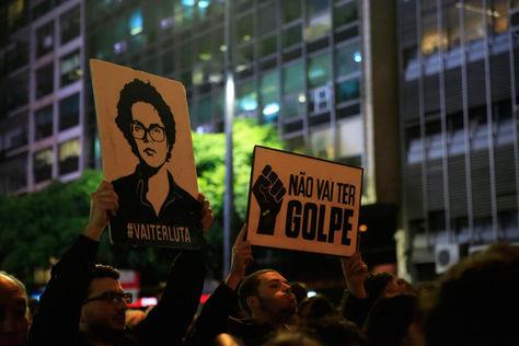 Seguidores de Rousseff salen a las calles para manifestar su repudio por la decisión del senado.