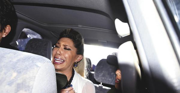 Gabriela Zapata en el vehículo en el que se fue luego de presenciar el desprecintado de los documentos que fueron hallados en su domicilio