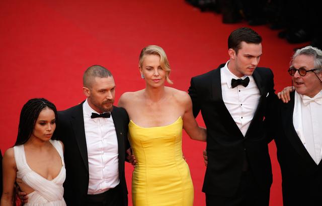 Charlize, flanqueada por Zoe Kravitz, Tom Hardy, Nicholas Hoult y George Miller en Cannes en 2015.