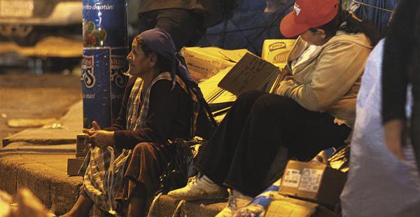 Rosa y Nora, en la avenida Isabel La Católica. No están cómodas con las fotos debido a su ocupación