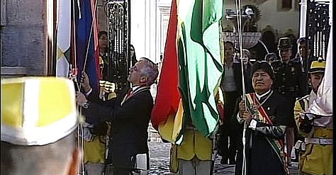 El vicepresidente Álvaro García Linera y el presidente Evo Morales en la iza de bandera en la Casa de la Libertad