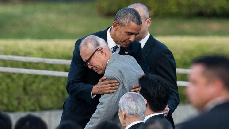 EMOCIÓN. El abrazo de Obama con Shigeaki Mori, sobreviviente del ataque nuclear.