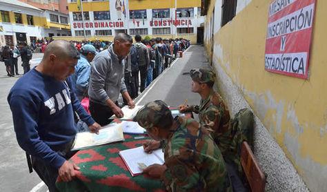 Jóvenes se registran para realizar el Servicio Militar. Foto: Ministerio de Defensa