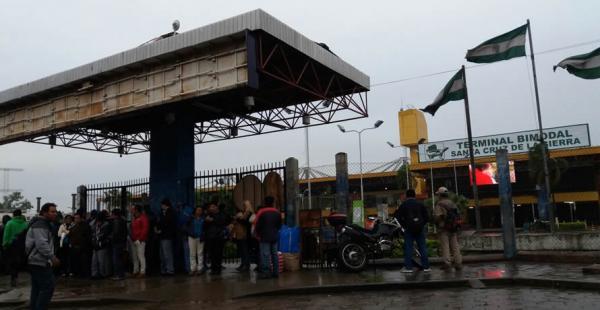 Un grupo de personas le puso candado a las puertas de ingreso de la Terminal Bimodal