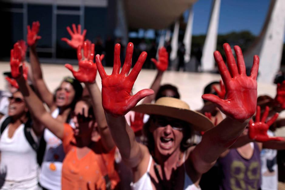 Manifestantes protestan contra la violencia sexual tras el caso de la joven violada por 30 hombres, en Brasilia, el 29 de mayo de 2016 (Reuters).
