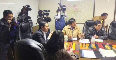El ministro de Economía, Luis Arce, con dirigentes del transporte pesado en oficinas de esa cartera de Estado