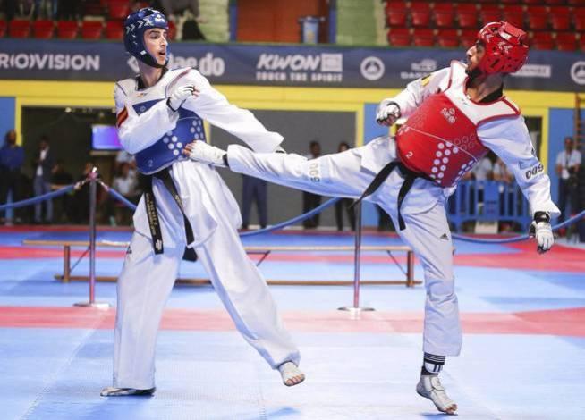 Mourad Laachraoui se enfrenta al español Jesús Tortosa durante el Campeonato Europeo de Taekwondo en Montreux, el 20 de mayo de 2016 (EFE)