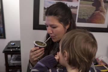 Mariela y su hijo en la vivienda familiar.