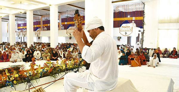 Llevando su magia. En Bulandpuri (India) el guitarrista dio un concierto en el templo Sikh ante la mirada atenta de su público