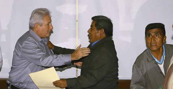 Costas se despide del alcalde de Yapacaní, tras la firma del acuerdo que posibilitó la apertura de la carretera nueva a Cochabamba