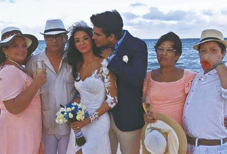 La boda simbólica. Los novios, juntos a sus familiares