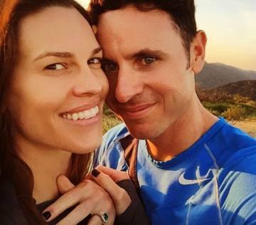 Hilary Swank con Rubén Torres, en la foto con la que anunció su compromiso el pasado 22 de marzo.