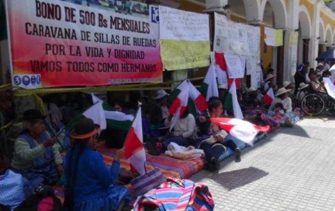 Personas con discapacidad amenazan con enterrarse vivas en Cochabamba