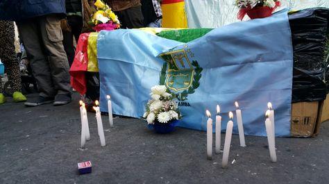 Personas con discapacidad instalaron un velorio simbólico carca a la plaza Murillo para recordar a los fallecidos en Cochabamba. Foto: Ángel Guarachi