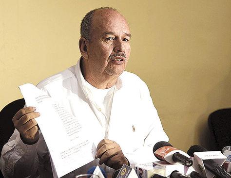 Conferencia. El senador Arturo Murillo (UD) brinda una explicación ante medios de prensa.