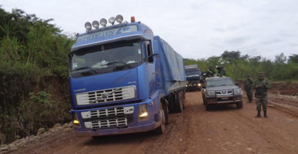 Los camiones cargados con contrabando decomisados en Tarija tuvieron que ser resguardados con agentes militares