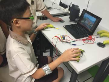 Un alumno probando Pump, el videojuego creado por su compañero en un colegio público de Singapur.