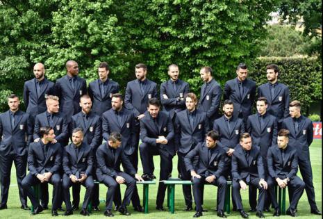 Foto oficial de la selección italiana de fútbol en el centro de entrenamiento Coverciano, en Florencia. Los italianos tienen la fama de ser los más elegantes y, para tratar de continuar con ella, han elegido un traje entero negro para la Eurocopa de Franc