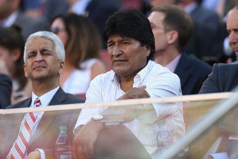 El presidente de Bolivia, Evo Morales (c), asiste al juego inaugural de la Copa América centenario entre Colombia y EE.UU.