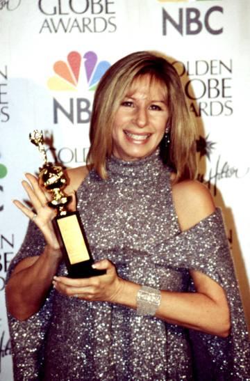 Barbra Streisand posa con uno de sus Globo de Oro.