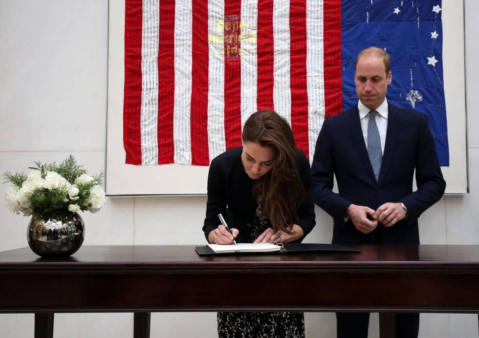 Los duques de Cambridge, el martes en la Embajada estadounidense de Londres para firmar en el libro de condolencias por las víctimas de Orlando