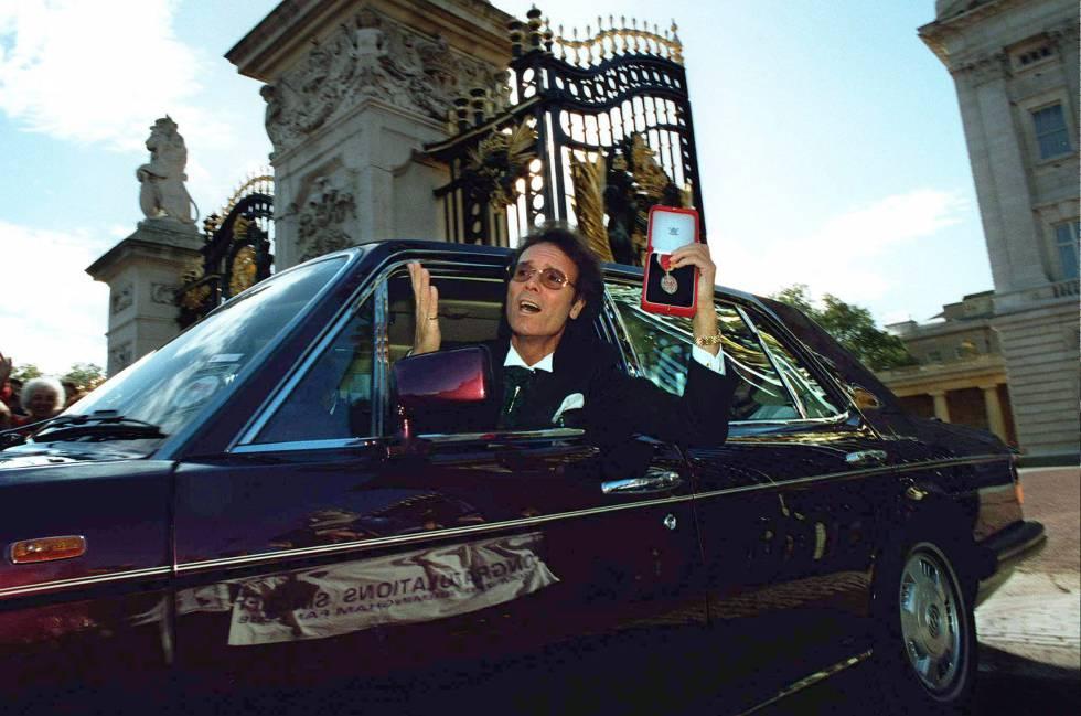 Cliff Richard, tras ser condecorado por Isabel II como caballero del impero británico en 1995.