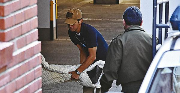 Efectivos de Homicidios retiran el cuerpo de Fortún. El disparo se escuchó a las tres de la mañana