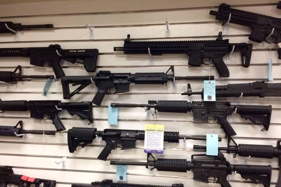 Rifles de estilo militar cuelgan en una pared de la tienda en la que el asesino de Orlando compró sus armas