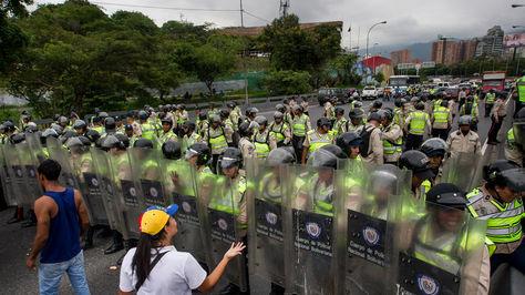 Fuerzas Armadas Bolivarianas de Venezuela (FANB) durante una manifestación en la autopista Francisco Fajardo de Caracas (Venezuela).