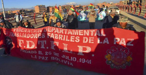 La marcha de extrabajadores de Enatex tienen previsto ingresar a la sede de Gobierno este lunes al mediodía