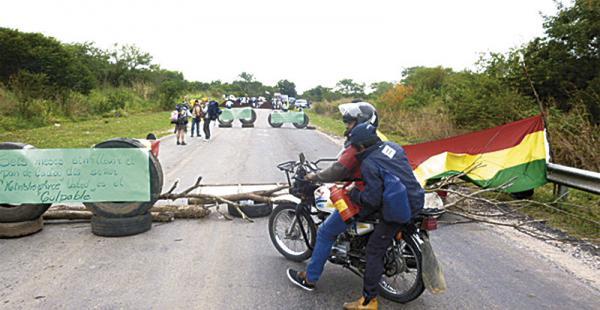 Los trabajadores bloquearon ayer hasta las 17:30 la carretera bioceánica. Hay un cuarto intermedio