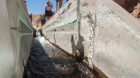 Canalización artificial del manantial Silala en la frontera con Chile.