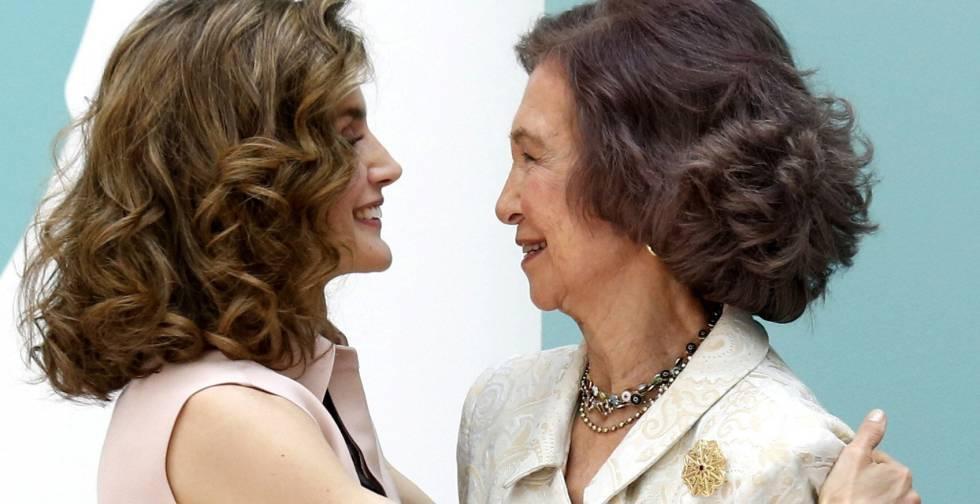 La reina Letizia felicita a la reina Sofía, durante un acto conmemorativo.