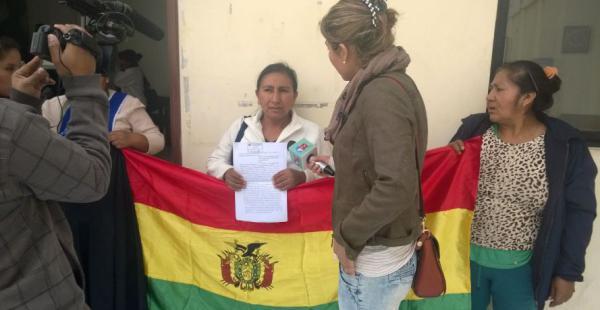Emiliana Chuquira con otras comerciantes denunció hoy el hecho en la sala de prensa