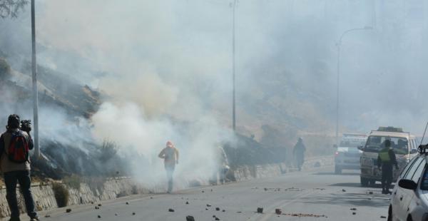 Los policías usaron agentes químicos y los trabajadores respondieron con la quema de paja seca.