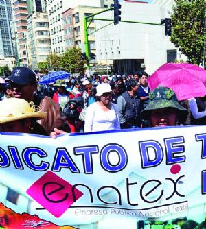 Denuncian que Enatex elaboró poleras para campaña por el Sí
