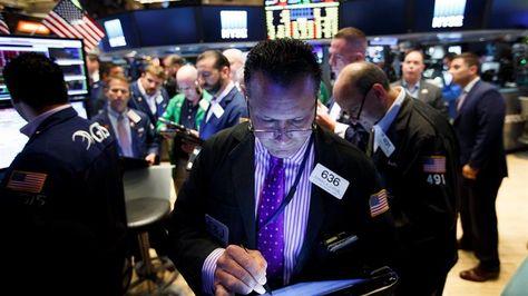 """Varios agentes de la Bolsa de Nueva York reaccionan ante la caída del índice Dow Jones de un 2,28%, como consecuencia de la victoria del """"brexit"""" en el referéndum, en Nueva York, Estados Unidos, Foto:EFE"""