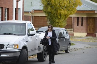 Luciana Báez ingresa a su casa de la calle Alcorta en Río Gallegos, semanas atrás. (Foto: OPI Santa Cruz)