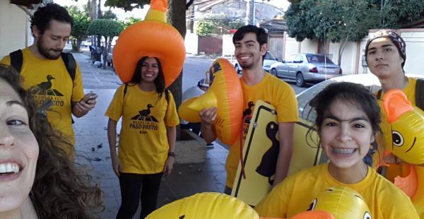 Los jóvenes voluntarios conciencian a los conductores a respetar el  paso cebra que es de uso peatonal