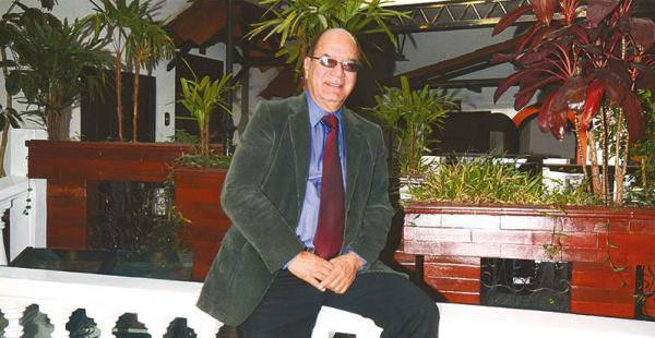 Es economista agrícola y experto en planeamiento estratégico y facilitación de talleres de desarrollo de equipos