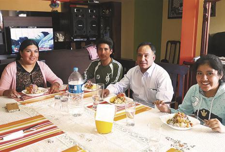 Tratan de estar todos para comer en familia. Juan y Eliana dejan todo para almorzar en familia con sus hijos Jorge y Alisson. Dejan de lado trabajo y otro tipo de compromisos para estar juntos al mediodía.